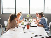Группа в составе работники офиса обсуждая коммерческие задачи ` s компании Стоковое Фото
