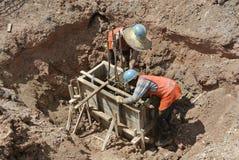 Группа в составе рабочий-строители бросая крышку кучи Стоковое Фото