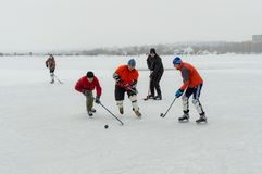 Группа в составе различный постаретый играть людей hokey на замороженном реке Dnipro в Украине стоковое изображение rf
