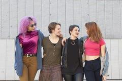 Группа в составе разнообразия молодые женщины обнимая изолировала на th Стоковое Фото