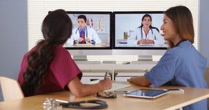 Группа в составе разнообразное видео конференц-связь врачей Стоковая Фотография