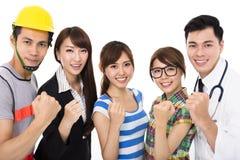 Группа в составе разнообразное молодые люди в различных занятиях стоковое изображение