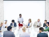 Группа в составе разнообразные бизнесмены в встрече Стоковые Фото