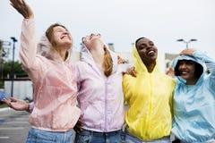 Группа в составе разнообразные женщины имея потеху совместно Стоковые Изображения RF