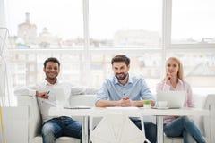 Группа в составе разнообразные дизайнеры в их современном офисе Стоковые Изображения RF