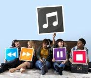 Группа в составе разнообразные люди с значками музыки стоковое изображение rf