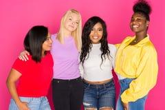 Группа в составе разнообразные предназначенные для подростков друзья Стоковые Изображения RF