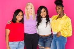 Группа в составе разнообразные предназначенные для подростков друзья Стоковое Изображение