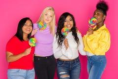 Группа в составе разнообразные предназначенные для подростков друзья Стоковые Изображения