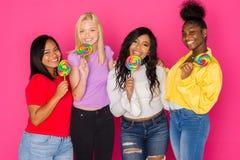 Группа в составе разнообразные предназначенные для подростков друзья Стоковая Фотография