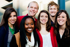 Группа в составе разнообразные студенты снаружи Стоковые Фотографии RF