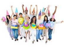 Группа в составе разнообразные люди наслаждаясь партией стоковые изображения rf