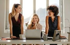Группа в составе 3 разнообразных женщины в офисе Стоковое Фото