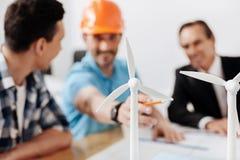 Группа в составе разработчики проекта обсуждая модели ветротурбины Стоковое Изображение RF