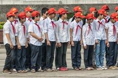 Группа в составе ребеята школьного возраста в форме на плаце Хо Ши Мин стоковые изображения rf