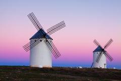 Группа в составе ретро ветрянки на поле в вечере Стоковые Фото