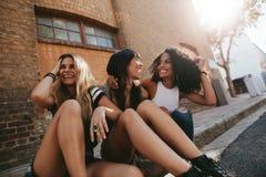 Группа в составе друзья вися вне в городе Стоковое Изображение