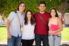 Группа в составе друзья вися вне Стоковое фото RF