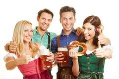 Группа в составе друзья держа большие пальцы руки вверх Стоковые Изображения RF