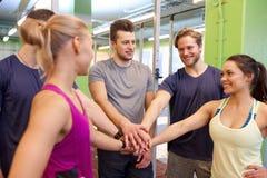 Группа в составе друзья держа руки совместно в спортзале Стоковые Фото