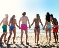 Группа в составе друзья держит руки до одно другие Стоковые Изображения RF