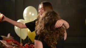 Группа в составе друзья делая сюрприз присутствующий для изумительной дамы при длинные волосы давая ей 3 коробки усмехаться девуш акции видеоматериалы