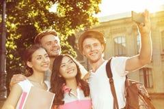 Группа в составе друзья делая selfie в парке Стоковая Фотография RF