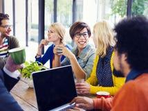 Группа в составе друзья имея перерыв на чашку кофе Стоковое Изображение