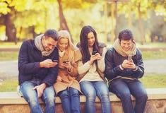 Группа в составе друзья имея потеху в парке осени Стоковое Фото