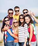 Группа в составе друзья имея потеху на пляже Стоковое фото RF