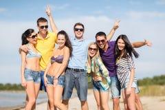 Группа в составе друзья имея потеху на пляже Стоковое Изображение RF