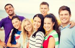 Группа в составе друзья имея потеху на пляже Стоковые Фотографии RF