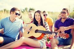 Группа в составе друзья имея потеху на пляже Стоковые Изображения RF