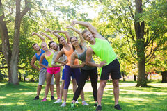 Группа в составе друзья или спортсмены работая outdoors Стоковое фото RF