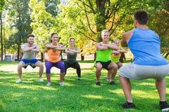 Группа в составе друзья или спортсмены работая outdoors Стоковые Фото