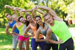 Группа в составе друзья или спортсмены работая outdoors Стоковые Изображения