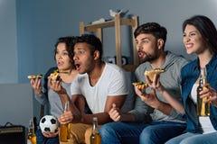 Группа в составе друзья наблюдая спорт совместно Стоковые Изображения