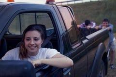 Группа в составе друзья нажимая сломленный автомобиль Стоковое Фото