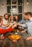 Группа в составе друзья наслаждаясь вечерними напитками с пивом Стоковое фото RF