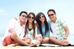 Группа в составе друзья наслаждаясь праздником пляжа Стоковая Фотография RF