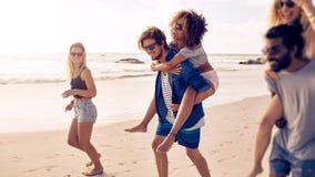 Группа в составе друзья на каникулах пляжа Стоковая Фотография