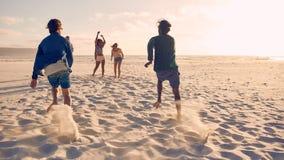 Группа в составе друзья на каникулах пляжа Стоковые Фотографии RF