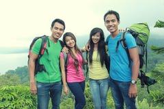 Группа в составе друзья на пешем туризме стоковое фото