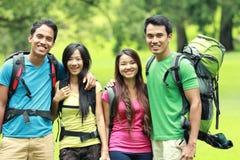 Группа в составе друзья на пешем туризме стоковые изображения