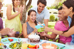 Группа в составе друзья празднуя день рождения дома Стоковые Изображения