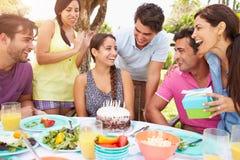 Группа в составе друзья празднуя день рождения дома Стоковое Изображение