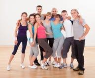 Группа в составе друзья представляя на спортзале Стоковые Изображения RF