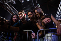 Группа в составе друзья принимая selfie на мобильном телефоне Стоковые Фото