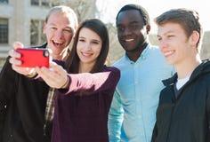 Группа в составе друзья принимая Selfie Стоковое Фото