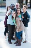 Группа в составе друзья принимая Selfie Стоковая Фотография